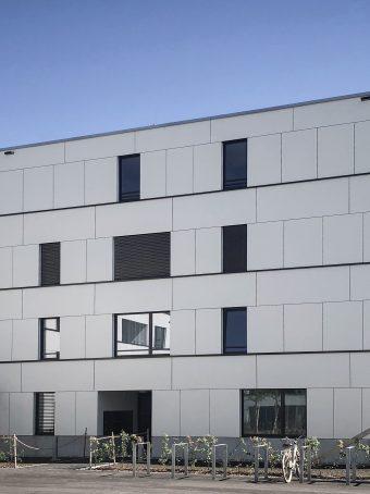 Brüstungs- und Fensterbänke für ein Mehrfamilienhaus